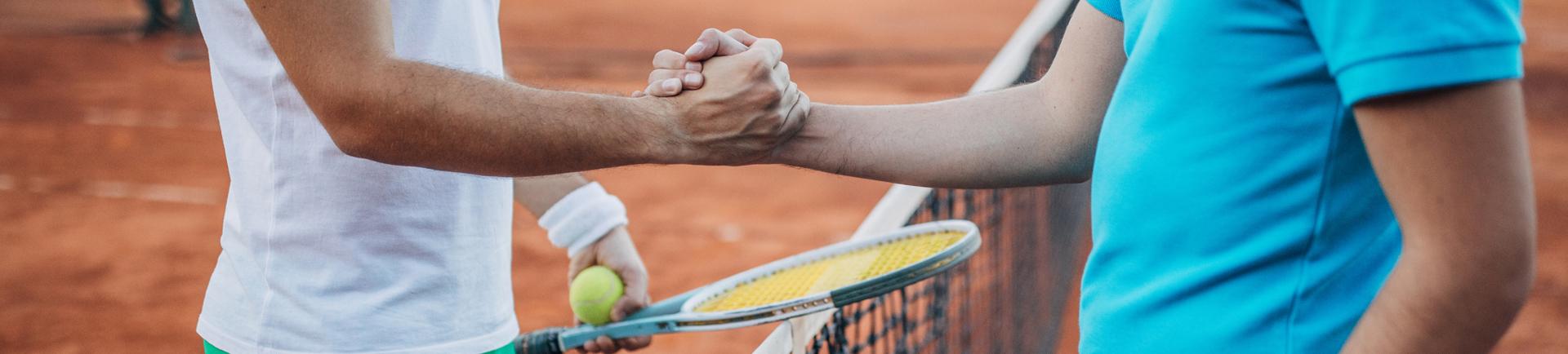 Aperto de mão entre dois jogadores de ténis