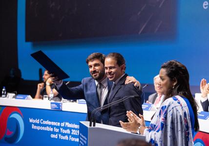 Ministro da Educação, Tiago brandão, e o presidente do Conselho Nacional da Juventude levantam a declaração lisboa+21 na Conferência Mundial de Ministros responsáveis pela Juventude.