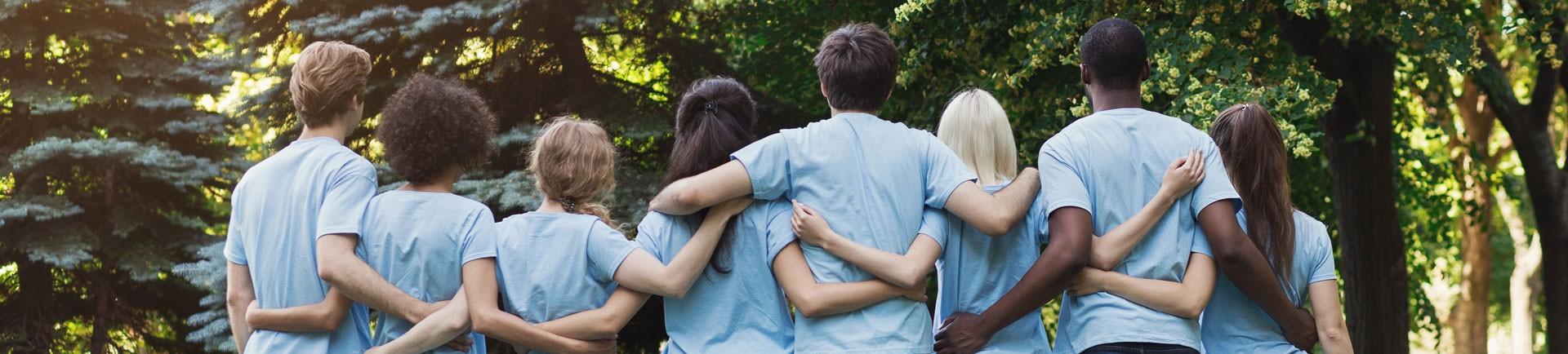 Jovens de costas abraçados