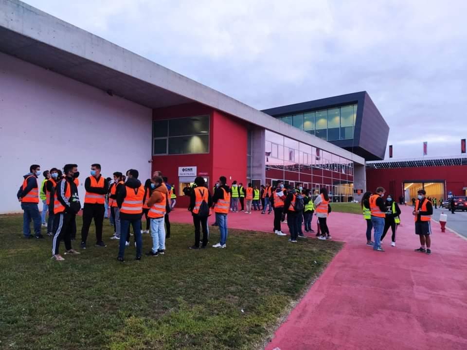 Foto de entrada do recinto com os voluntarios