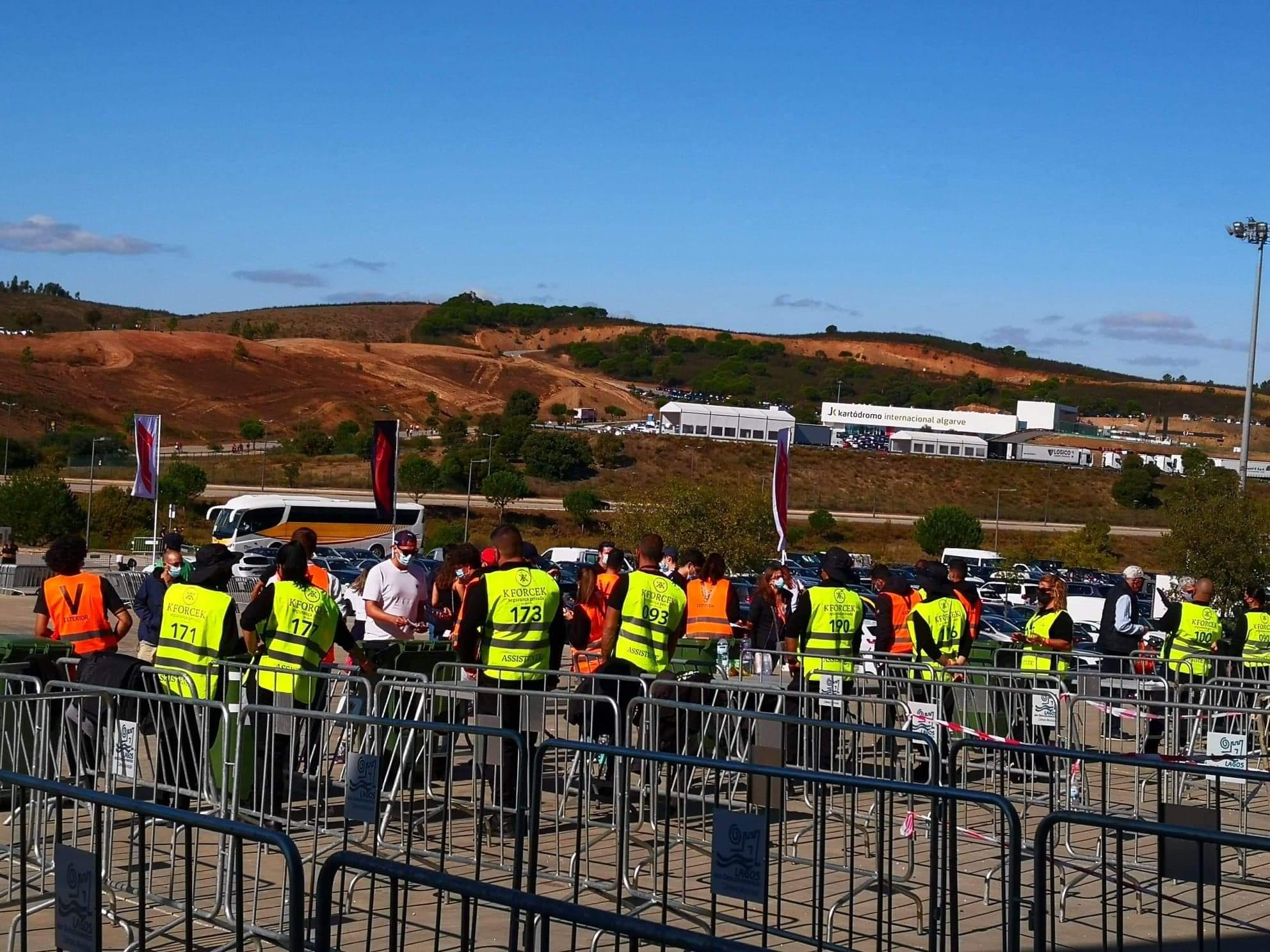 Voluntarios a encaminhar publico na entrada do recinto