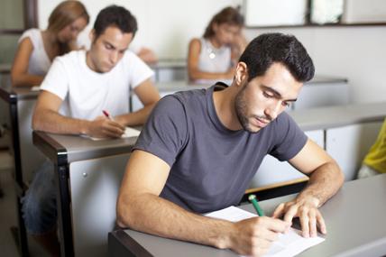 Jovem em sala de aula em contexto de exame