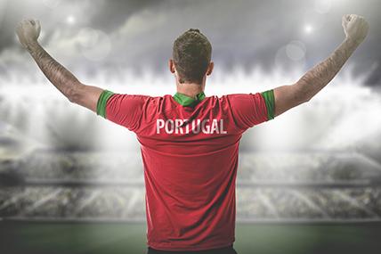 Jovem adepto com t'shirt vermelha e verde com Portugal escrito nas costas