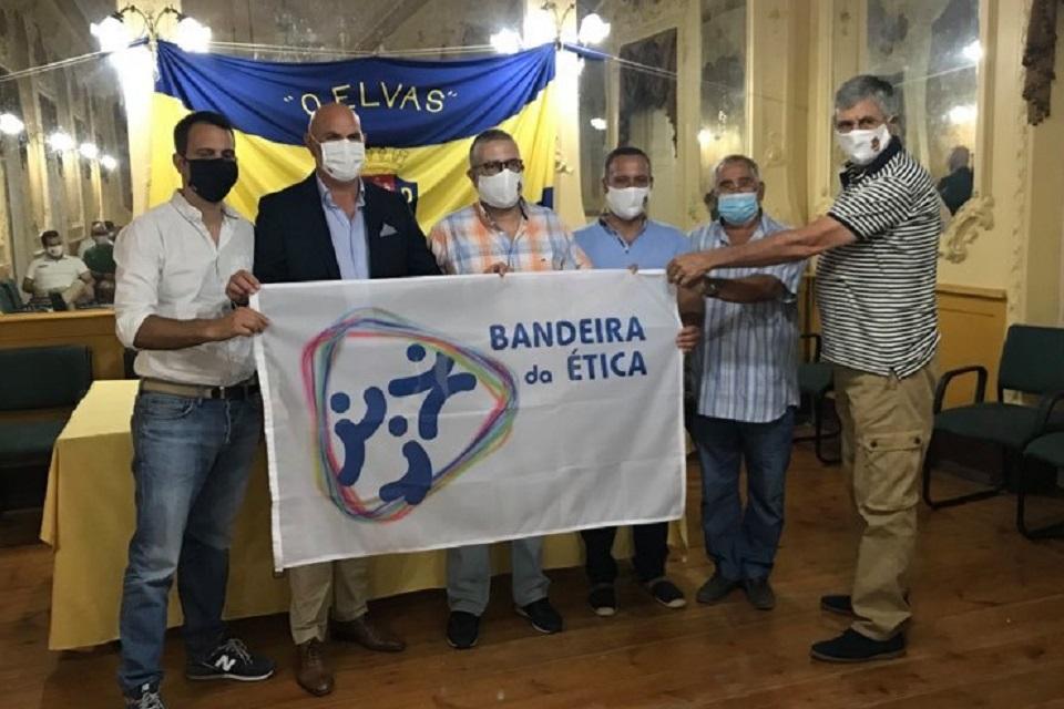 Grupo de representantes do clube e do IPDJ com a bandeira da ética atribuida