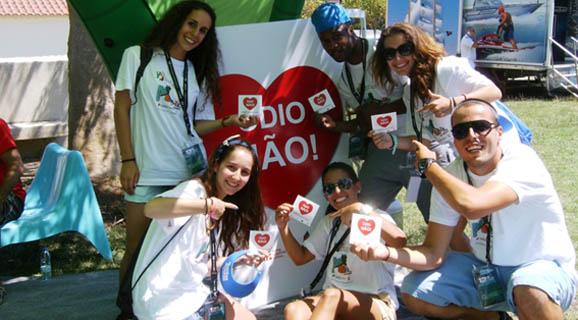 Grupo de jovens em ação com o logótipo da Campanha Movimento Contra o Discurso de Ódio (um coração encarnado).