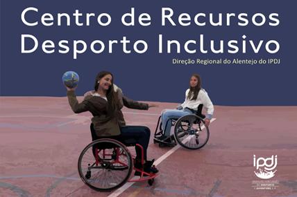 duas raparigas de cadeira de rodas a jogar basquetebol representam o Centro de Recursos Desporto Inclusivo