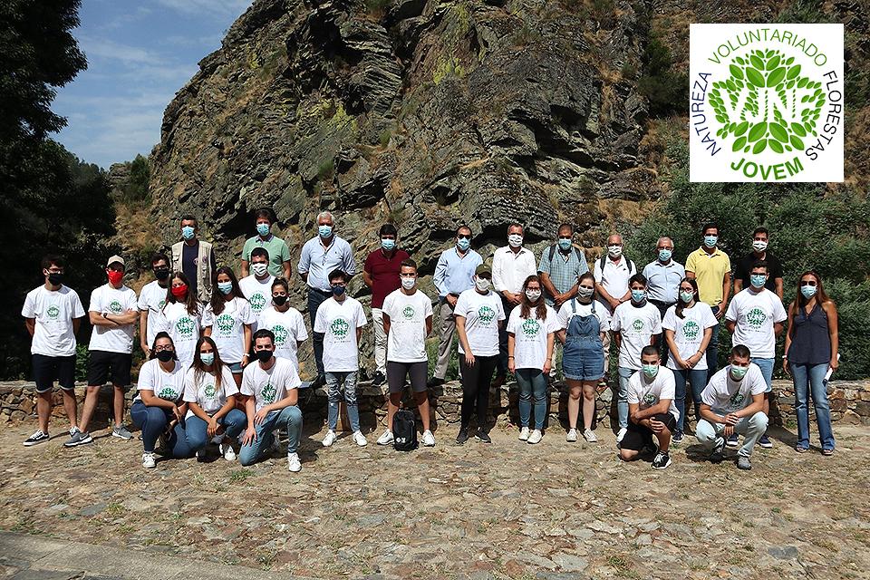Fotografias de Jovens com T-Shirt branca com logo do Programa Voluntariado Jovem para as Florestas