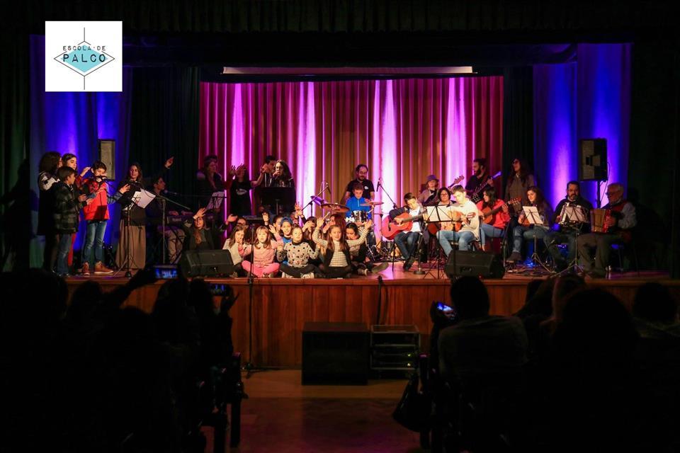 orquestra a atuar em palco