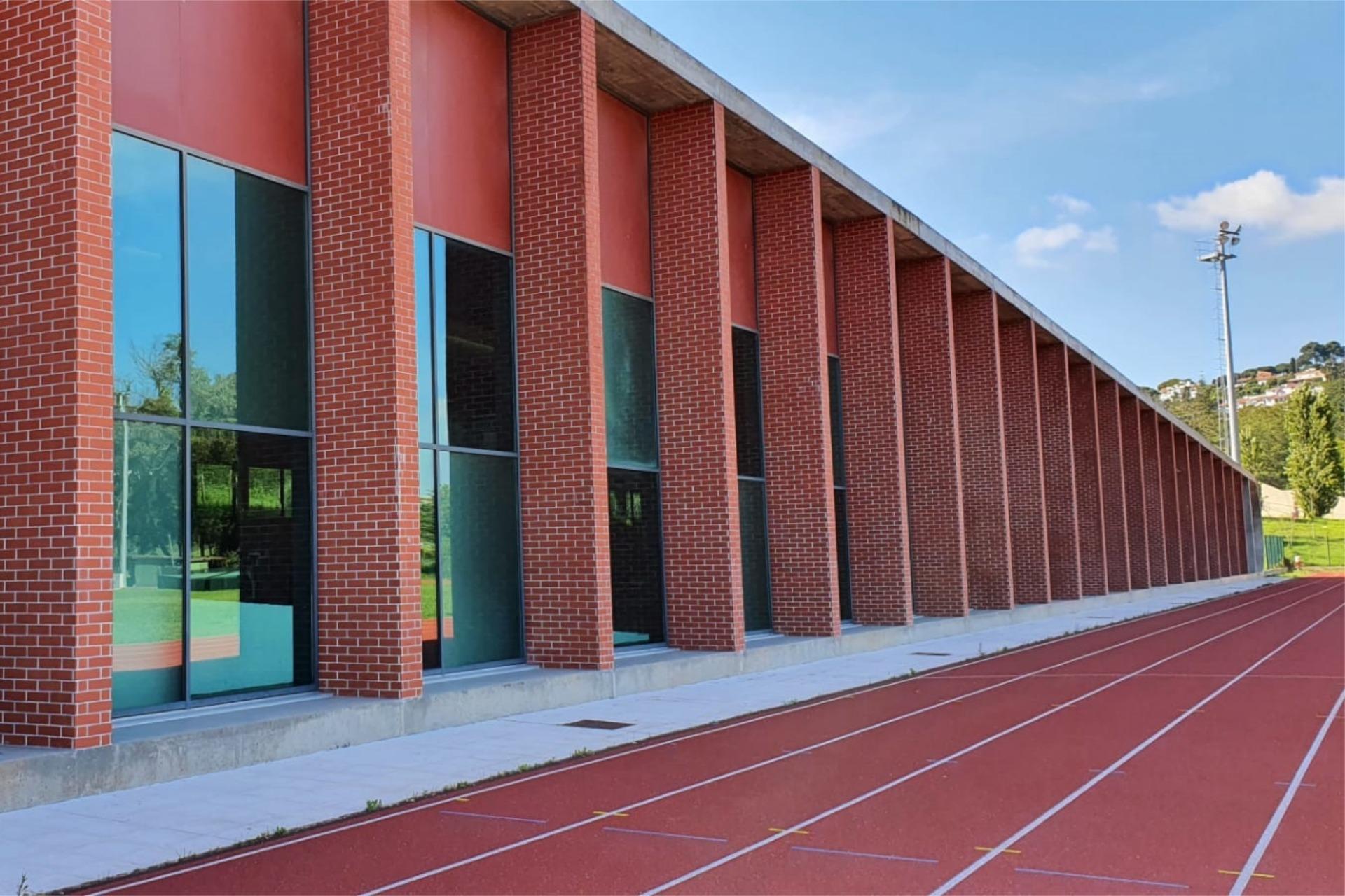 Fotografia da fachada do Centro de Alto Rendimento do Jamor