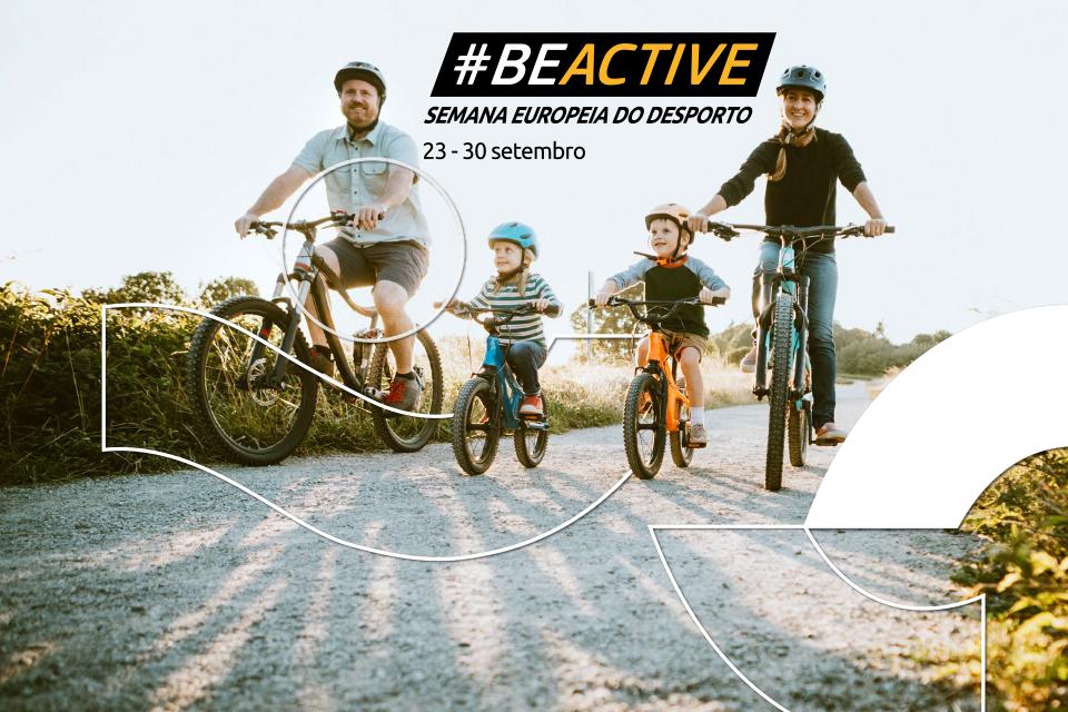 Família a andar de bicicleta