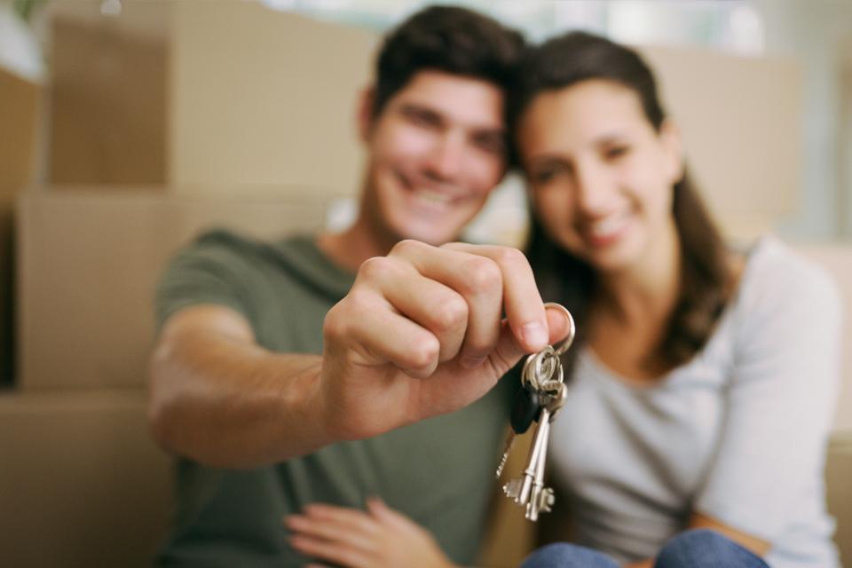 Jovens a segurar chaves de casa
