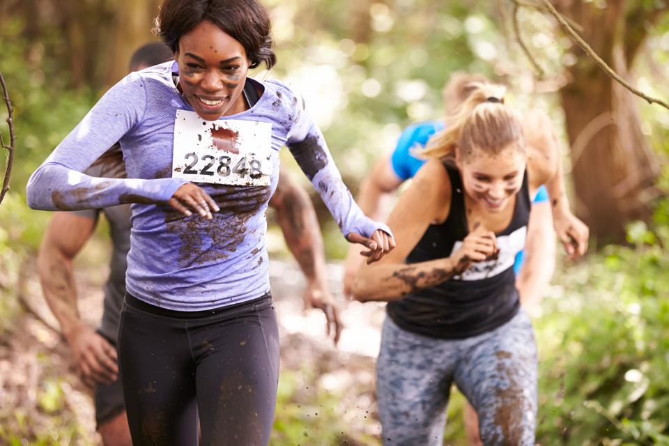 Duas jovens a correr em competição