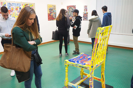 Jovens em visita a exposição