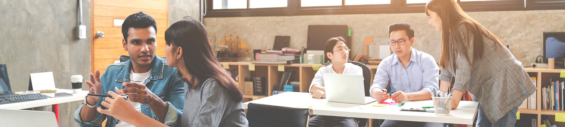 Jovens em ambiente de escritório a trabalhar