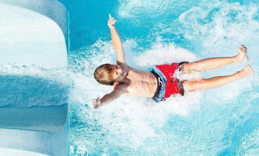 criança em parque aquático