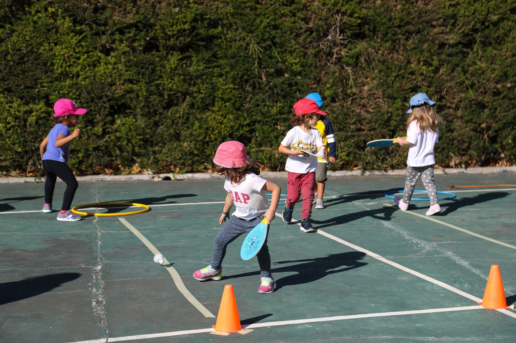 crianças a jogar com raquetes