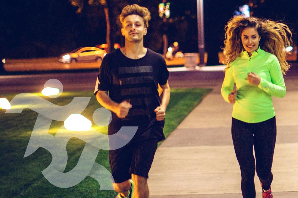 dois jovens a correr à noite