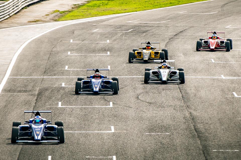 carros de fórmula 1 numa pista de competição