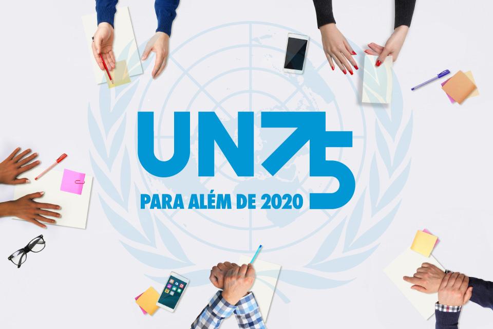 Imagem do Seminário. Sobre uma mesa vêm-se várias mãos de jovens e no centro da mesa o lógotipo das Nações Unidas