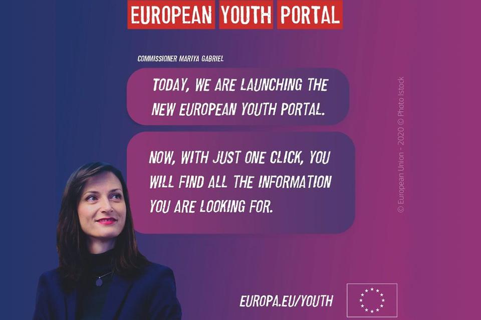 Fundo azul e violeta com imagem de jovem e lettering a anunciar o lançamento da nova versão do Portal Europeu da Juventude.