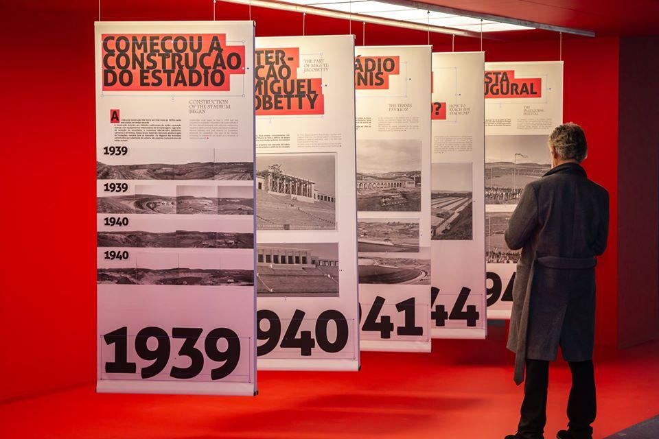 imagem de um visitante a observar a exposição.