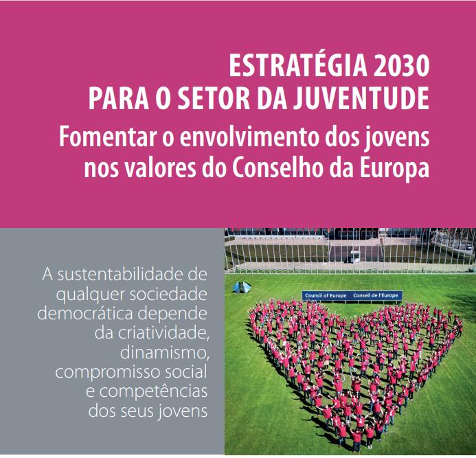 Um coração feito com pessoas vestidas com T-shirt vermelha num relvado e o lettering «ESTRATÉGIA 2030 PARA O SETOR DA JUVENTUDE Fomentar o envolvimento dos jovens nos valores do Conselho da Europa»