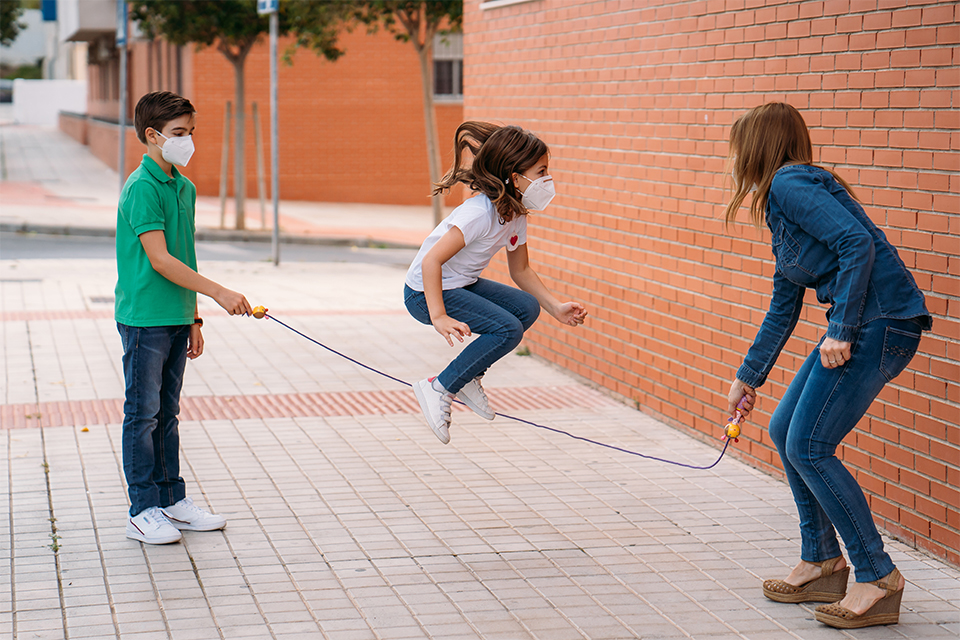 jovens a saltar à corda na rua