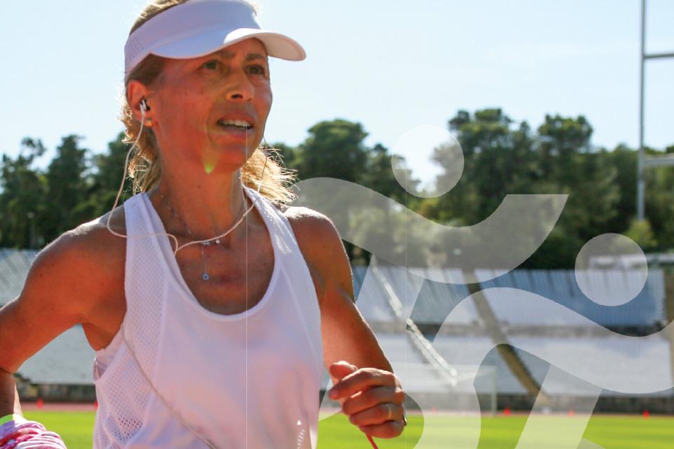 Mulher a correr. por tras aparece em marca de água o logotipo da Semana Europeia do Desporto.