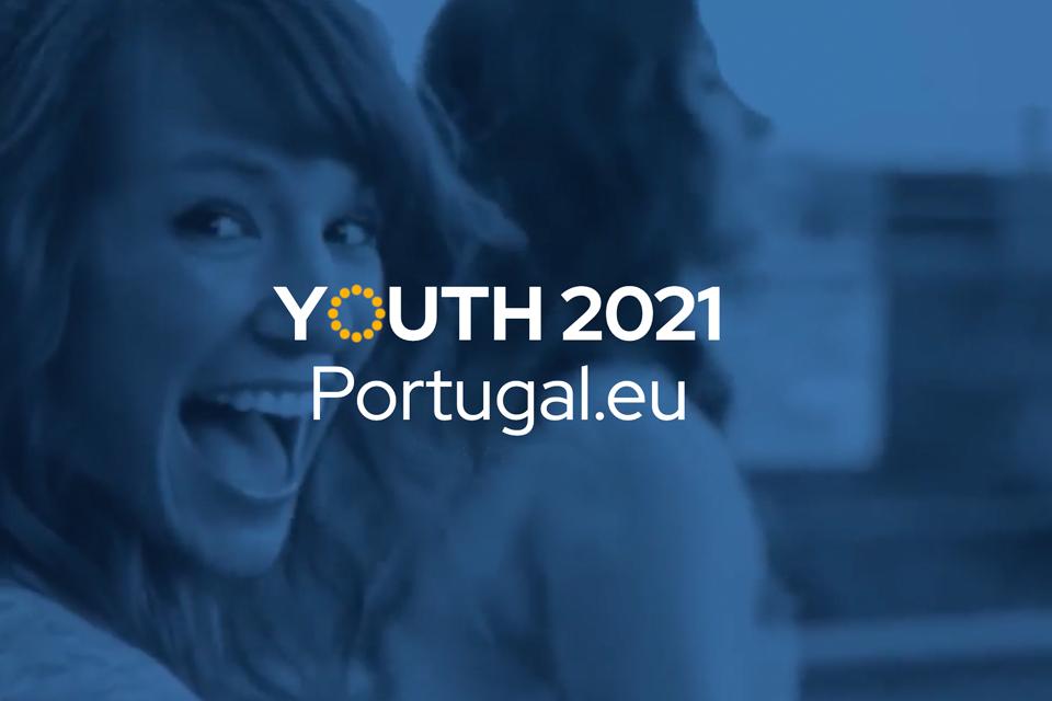 Jovem mulher a rir com fundo azul e lettering «Youth 2021 - Portugal.eu»