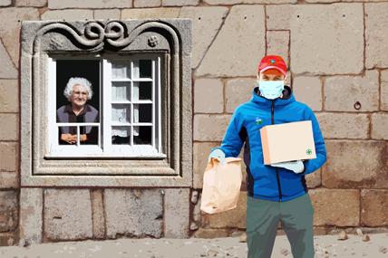 Idosa à janela olha para jovem carregado de caixas e sacos.