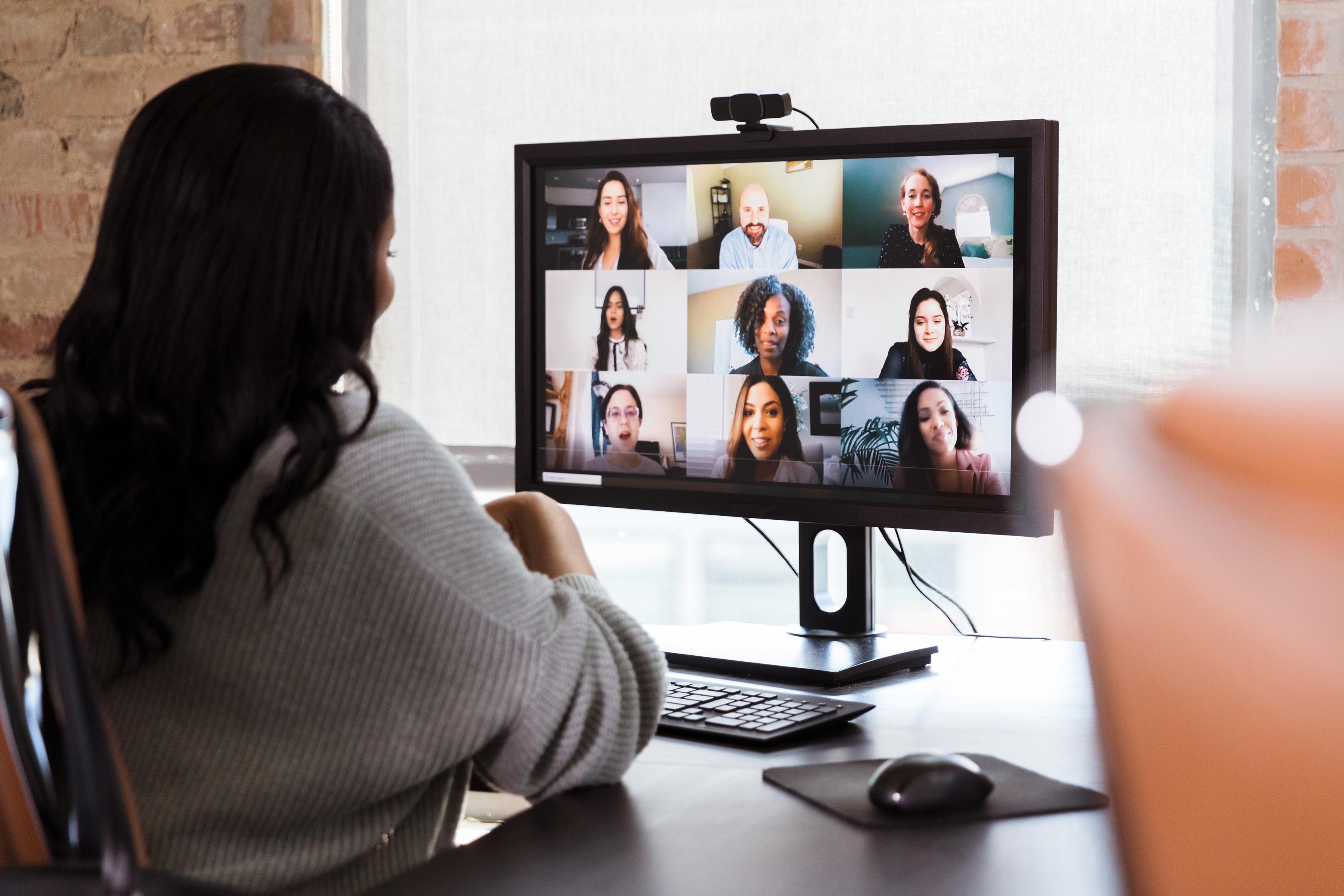 jovem a dar formação ou em reunião através de uma plataforma de videoconferência