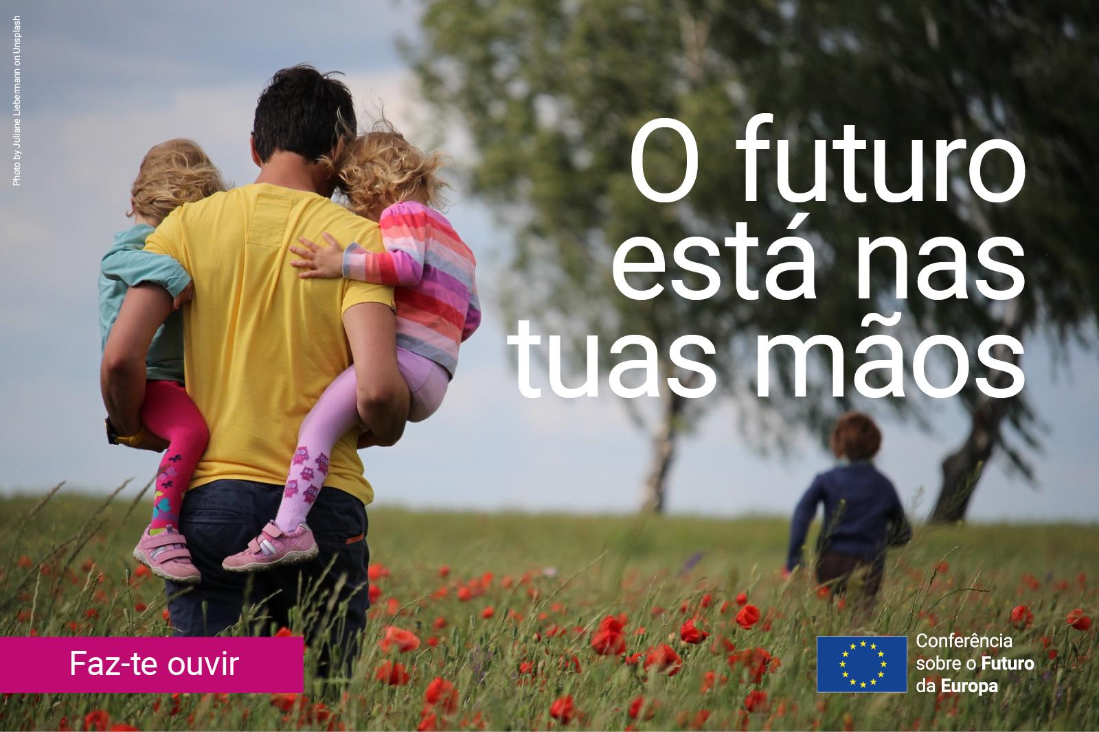 Campo de papoulas com homem de costas com duas crianças ao colo e uma criança a correr. lettering:«o futuro está nas tuas mãos»