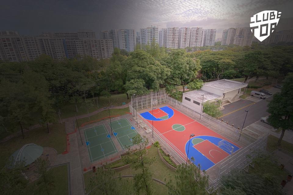 Parque desportivo em zona urbana com vários campos de jogos, visto de cima. Com Logótipo Clube Top.